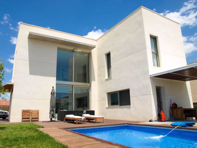 Spacious Modern Family Villa - Close to Metro