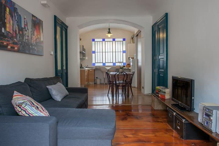 Soggiorno con divano letto e vista sulla cucina