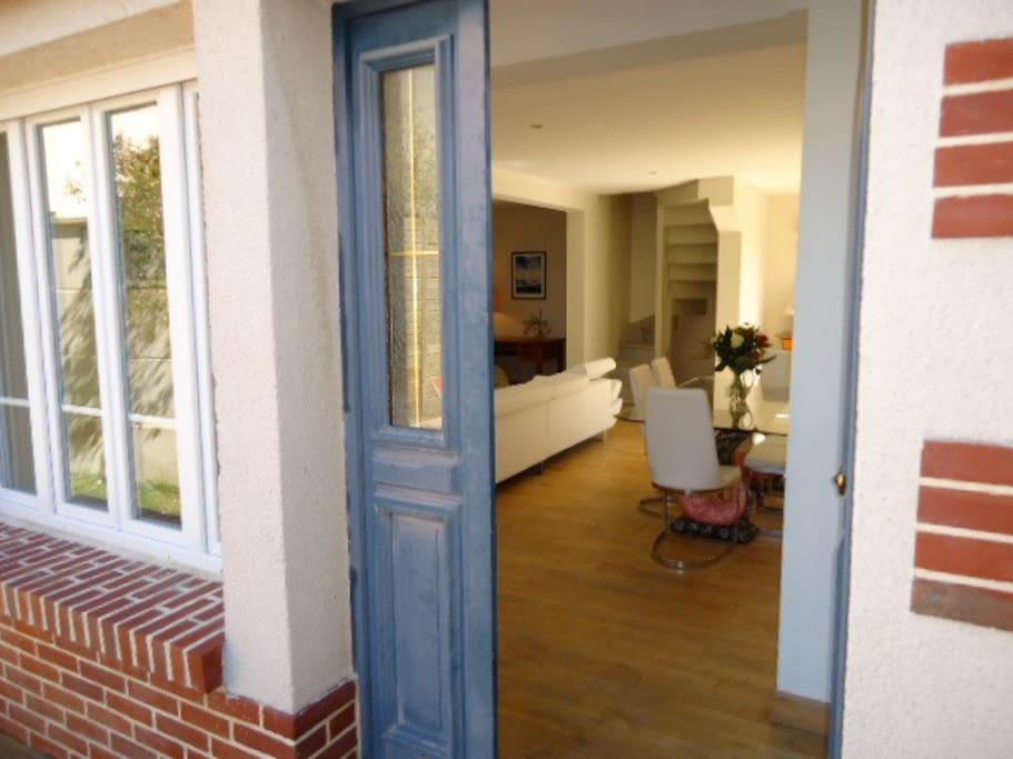 la porte d'entrée de la maison