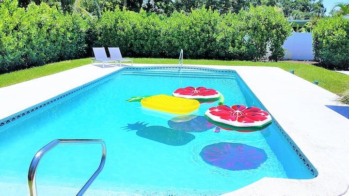 HUGE pool, 3 Bedrooms, Minutes to Beach- POSHPADZ