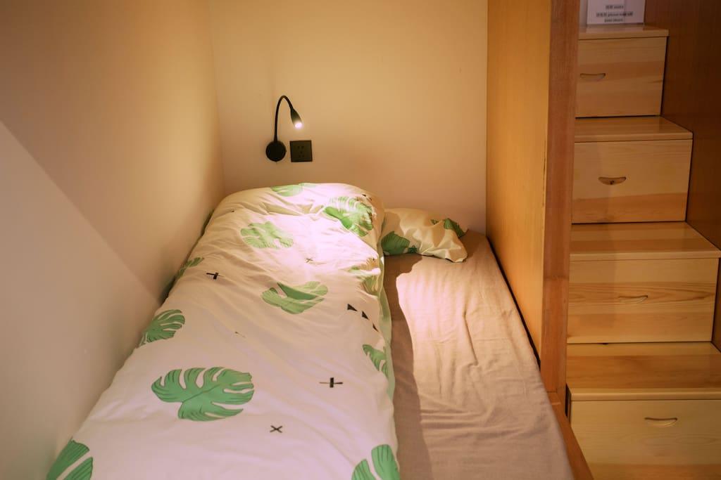 这是睡觉的单人床有种回到学生时代的feel呢(single bed )