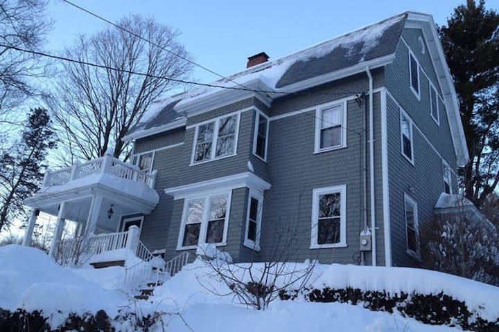 Cozy Wood 3rd floor room in Waltham -Near Boston - Waltham - Bed & Breakfast