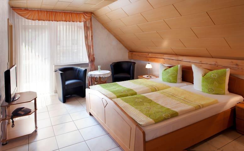 Ferienweingut Thiesen - Doppelzimmer 4 - Ellenz-Poltersdorf - บ้าน