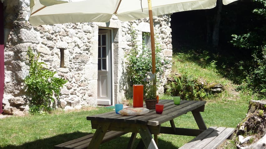 Gite La Bergerie **  cosy lakeside holiday cottage - Nages - Cabaña