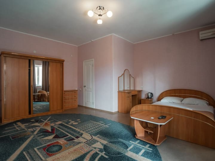 Building 1 three-bed room with separate entrance. hotel maxim