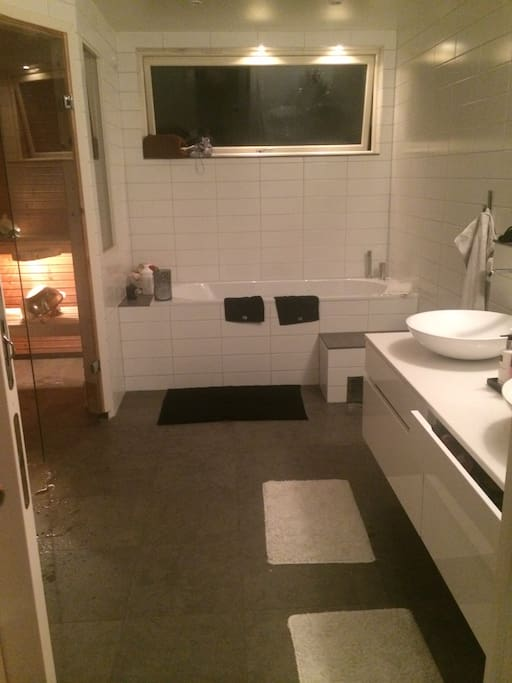 Stora badrummet med dusch, badkar och bastu