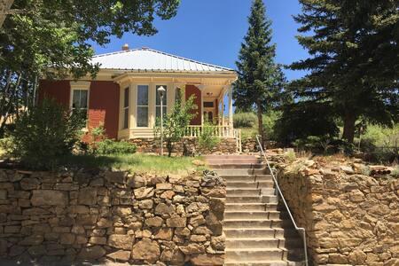 Cute Victorian cottage getaway