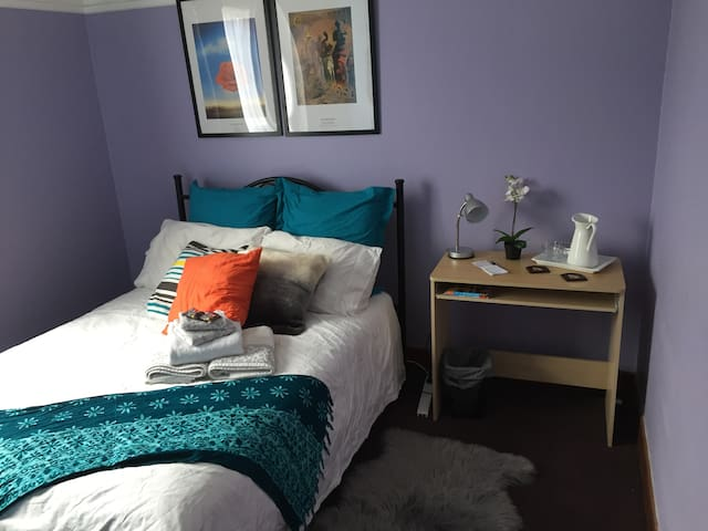Bright comfy room near the city - West Footscray - Huis