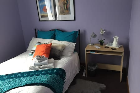 Bright comfy room near the city - West Footscray