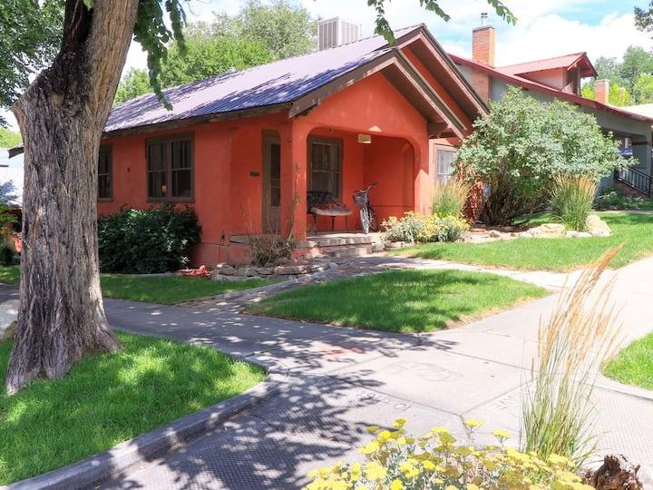 Highland Sage: Downtown, 4 Blocks to Main, Historic Charm on Corner Lot