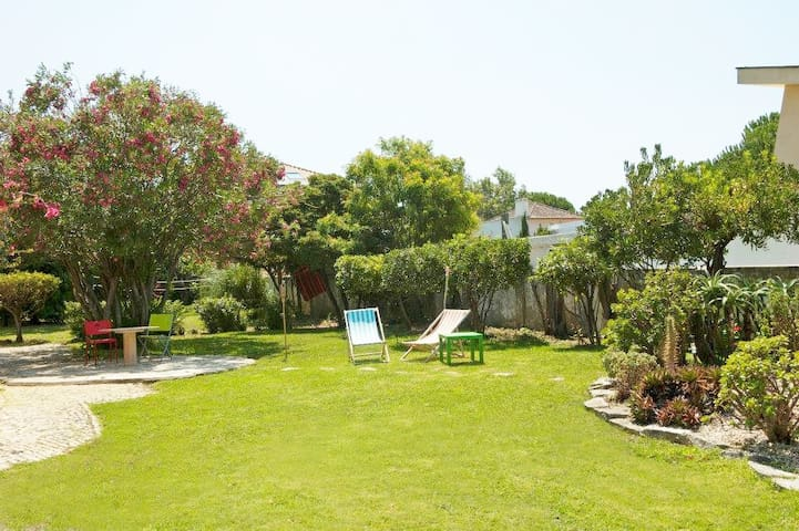 Double Room in a Beach House - Carcavelos - Bed & Breakfast