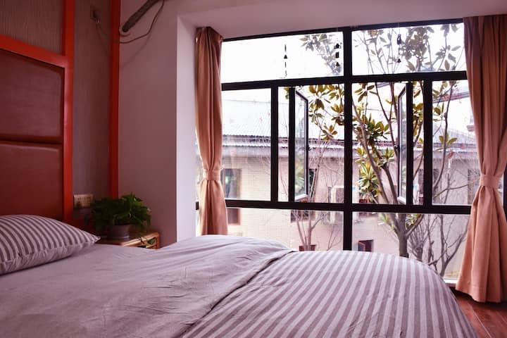天门山索道公司旁大床房大大的落地窗