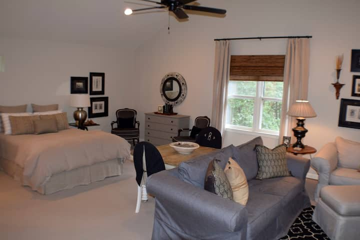 Large Studio Apartment on 1.3 Quiet Acres