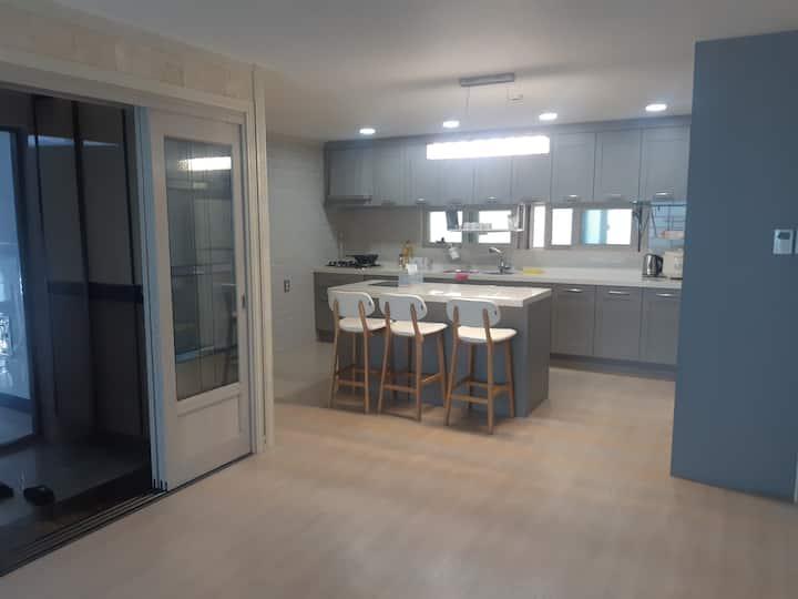 신축건물, 깨끗한 환경 집전체 숙박가능한 주택입니다. 방3,부엌,화장실2,다용도실1