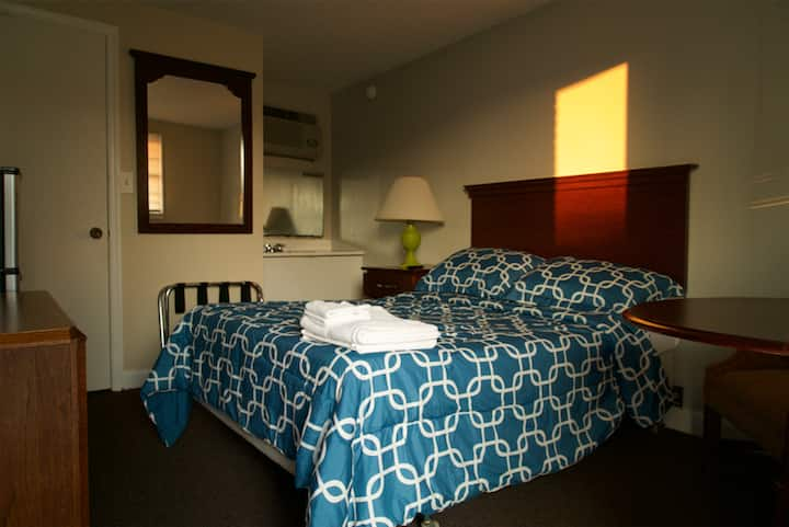 Single Bed at Motorlodge - 3 Blocks from the Beach