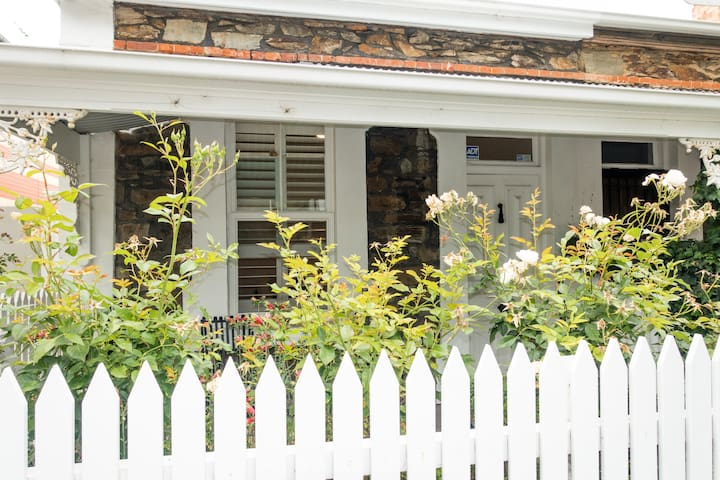 Bright and airy row cottage in North Adelaide - North Adelaide - House