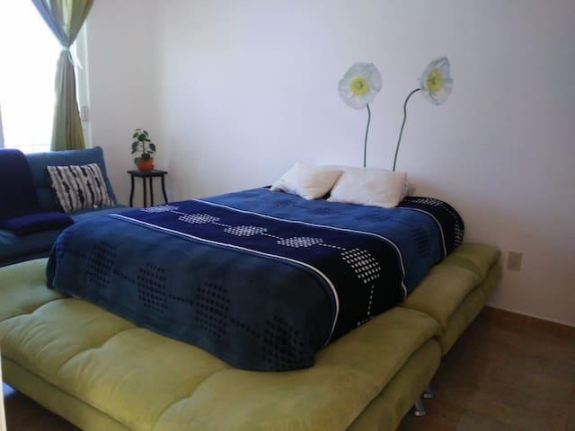 Habitación privada con balcón, iluminada y cómoda