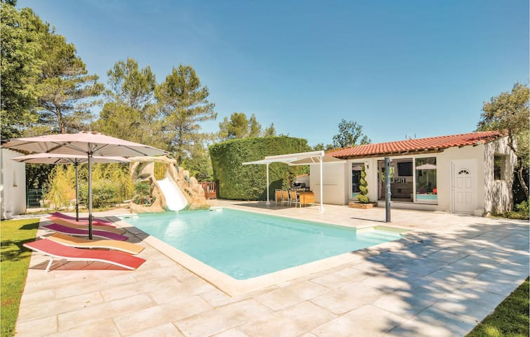 Holiday cottage with 5 bedrooms on 210m² in Trets
