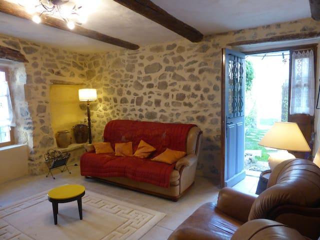 Maison ancienne avec cour au coeur d'un village - Cannes-et-Clairan - บ้าน
