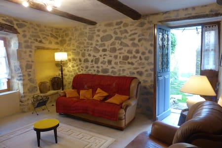 Maison ancienne avec cour au coeur d'un village - Cannes-et-Clairan - Dom