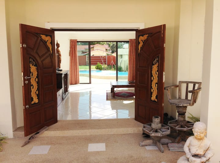 Ensuite Room In Beautiful Country House With Pool