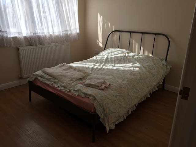 Double Room in Walthamcross close the overground - Waltham Cross - Aamiaismajoitus