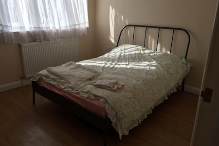 Double Room in Walthamcross close the overground - Waltham Cross - 家庭式旅館