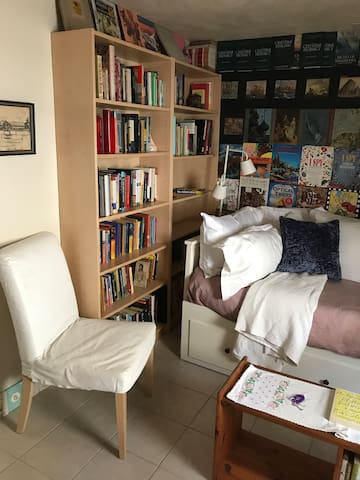 Independent solo room in an independent bookstore