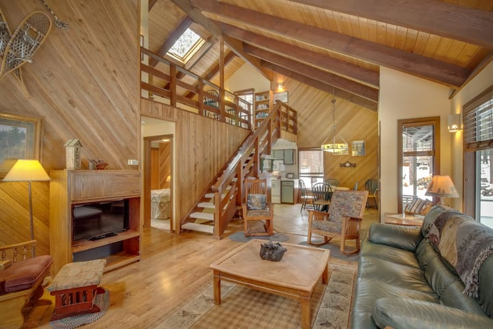 Dog-friendly cabin w/ private hot tub, shared pool, & tennis courts