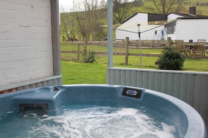 TYGWYN COTTAGE with all weather Hot Tub.