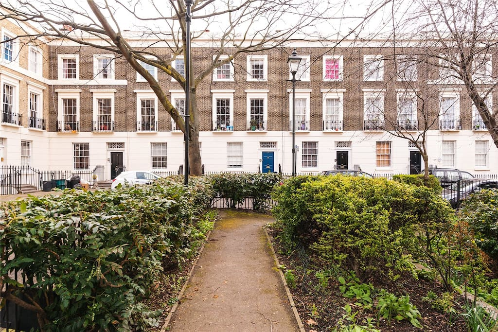 Private Garden Square with lovely green space in the centre of London