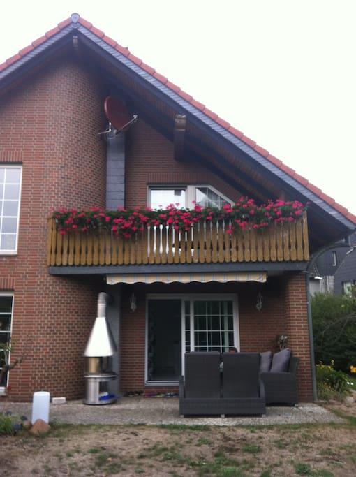 Balkon mit Blumen im Sommer @->-