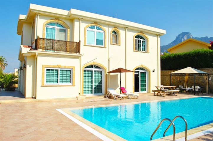 Villa Avanti sleeps 9 people with 5 bedrooms and 4 bathrooms - Çatalköy - Villa
