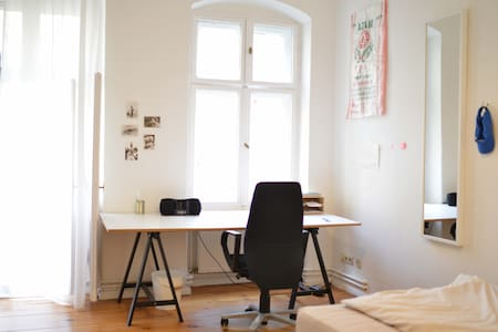 Bright room in shared apartment // Berlin Mitte - Leilighet