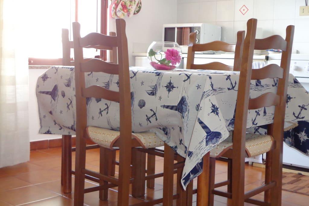Tavolo e cucina - table and kitchenette