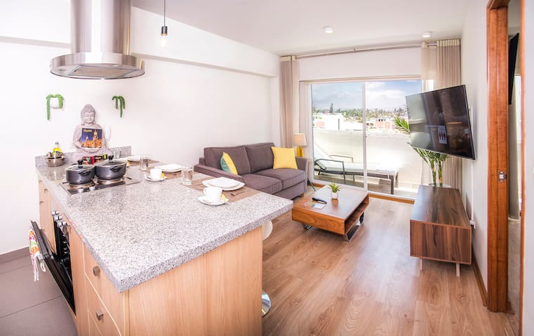 Living room + balcony as seen from the kitchen - Sala de estar vista desde la cocina