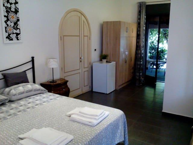 Camera con parcheggio in villa Etna-mare ( 2 km). - Acireale - Bed & Breakfast