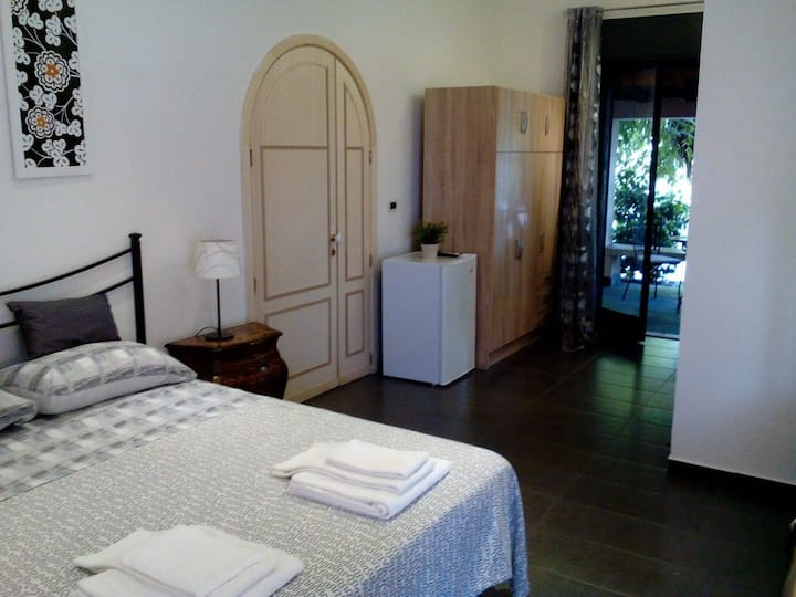 Room, parking, garden, in villa Lidia (Etna-mare )