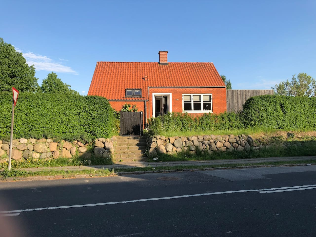 View of the house from Dyrhøjvej. The house is situated on the corner of Rødegårdsvej and Dyrhøjvej. Parking in our driveway or on Dyrhøjvej.