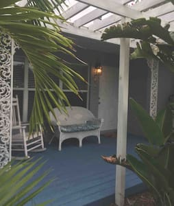 Tropical Paradise! Studio w/ private entrance