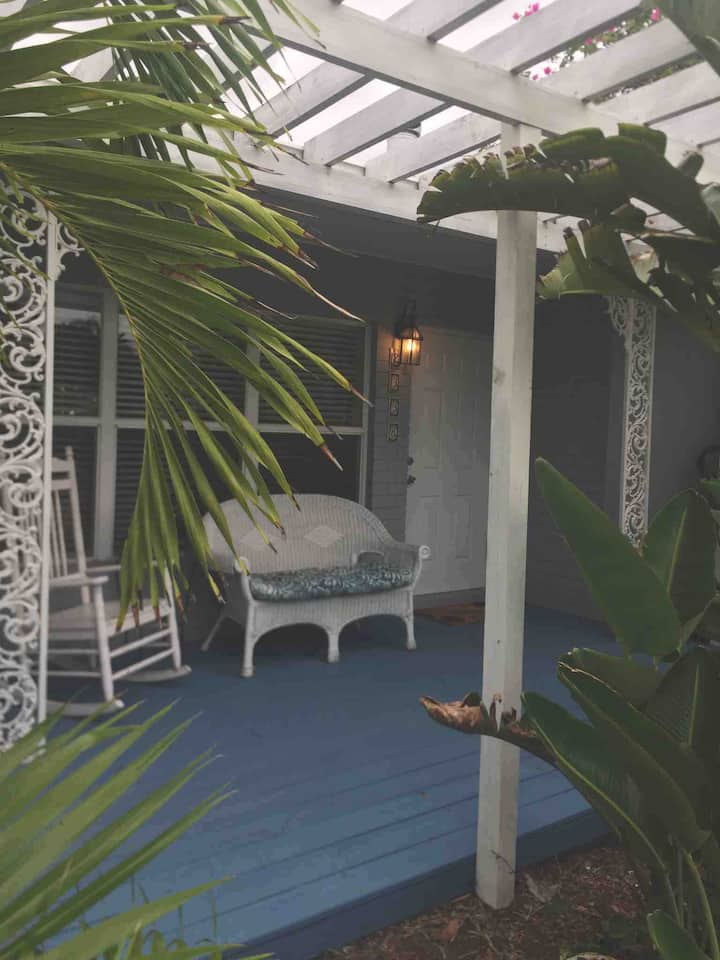 Tropical Paradise! Studio w/ private entrance.