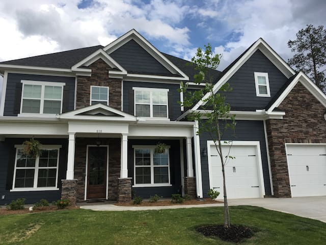 Cozy 5 bed/4 bath home in golf community