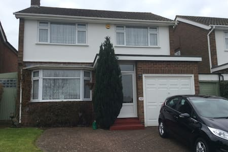 Quiet double room in 3 bed house - Ongar - House