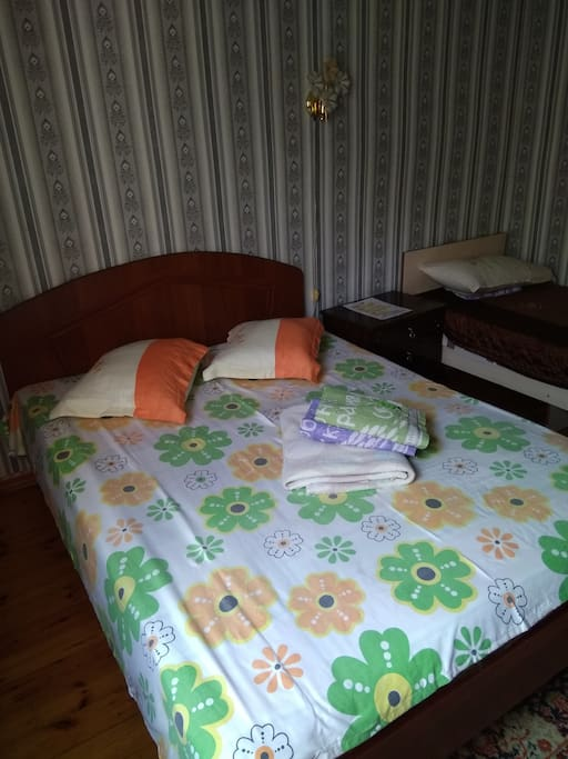 Общий вид спальни. Пятиместный семейный номер стоит 30$.