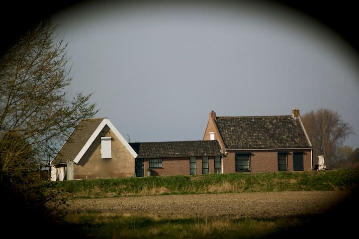 artistieke ruime kamer in polder nabij Hulst. - Walsoorden - Penzion (B&B)