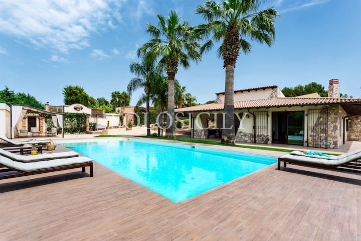 Beautiful Villa with Pool Near the Beach