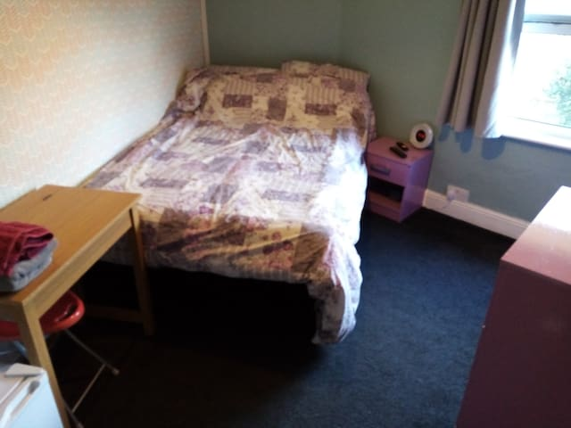 Single room in warwick walking distance to centre