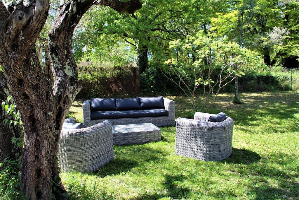 Salon de jardin non loin de la terrasse