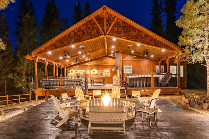 Luxury Cabin with game room, hot tub and more