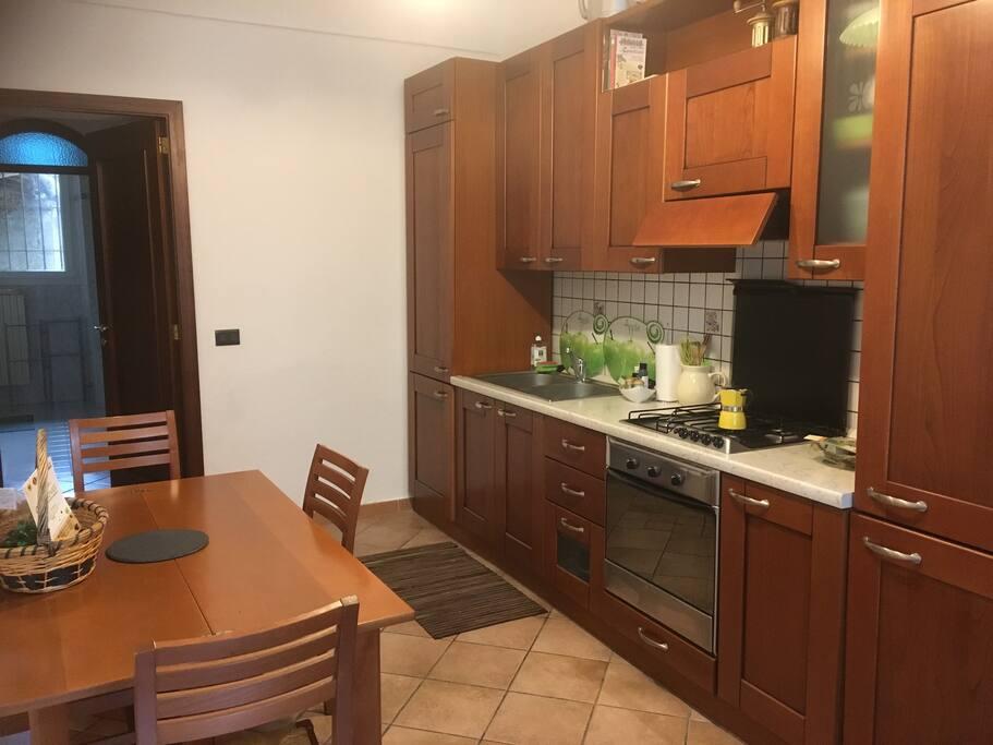La cucina dotata di tutti i confort, è ampia, ideale per delle rilassanti colazioni.